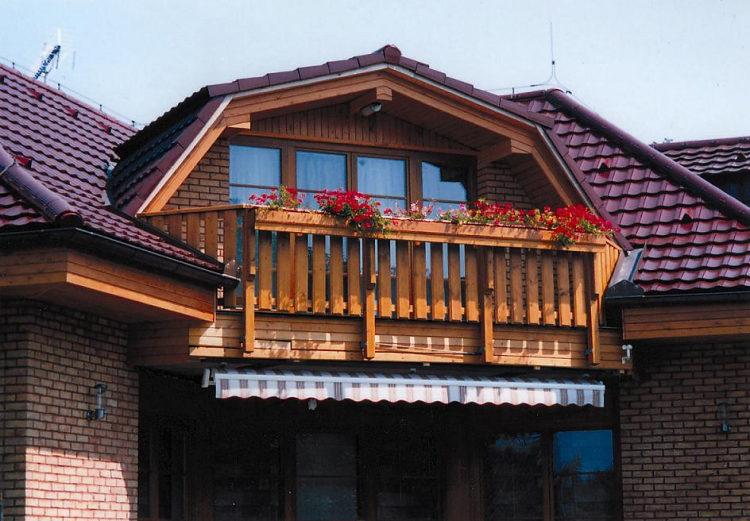 ozdobný balkón s truhlíky