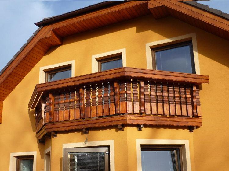 balkón s bavorskými sloupky